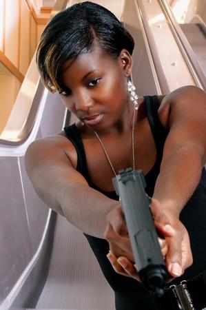 mujer con pistola: Una mujer detective de polic�a hermoso en el trabajo con una pistola