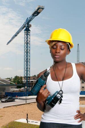 the job site: Un operaio edile femminile in un sito di lavoro. Archivio Fotografico
