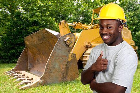 the job site: Un uomo nero African American operaio edile su un sito di lavoro.