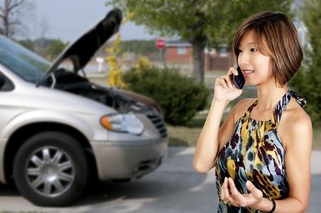 車のトラブルの助けを求める女性