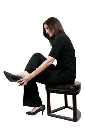 Een mooie jonge vrouw zetten haar schoenen