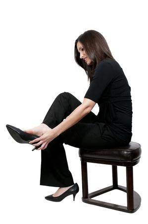 pies descalzos: Una joven y bella mujer poner en sus zapatos
