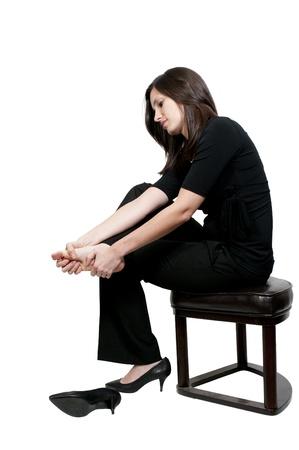 mani e piedi: Una donna bella giovane business strofinando i suoi piedi mal stanchi