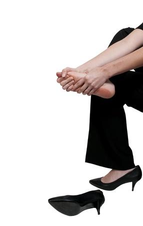 Een mooie jonge zakenvrouw wrijven haar pijnlijke vermoeide voeten Stockfoto