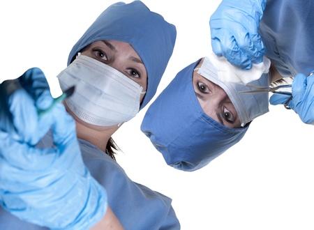 수술을 수행하는 아름 다운 젊은 여자 외과 의사의 부부 스톡 콘텐츠