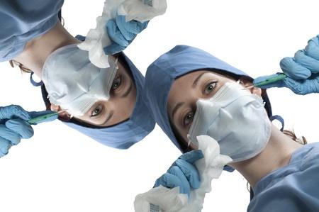 수술을 수행하는 아름다운 젊은 여성 외과 의사 스톡 콘텐츠