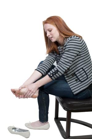 Una mujer hermosa joven empresa frotando sus úlcera cansados pies