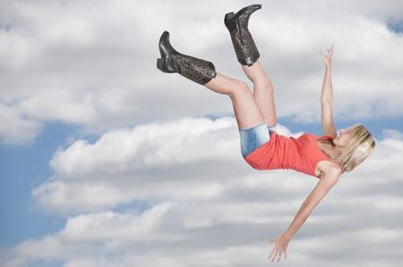 아름 다운 젊은 여자는 하늘을 통해 비행