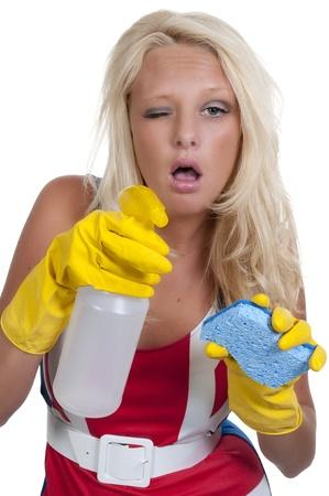 Aglove luciendo hermosa mujer o sirvienta limpieza de casa con una botella de esponja y aerosol con limpiador