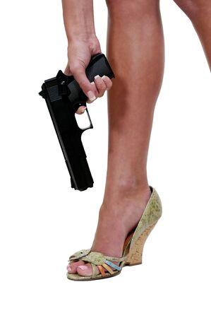 zelf doen: Een mooie vrouw schieten zichzelf in de voet.