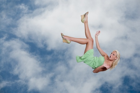 아름다운 젊은 여자가 하늘을 통해 떨어지는 스톡 콘텐츠