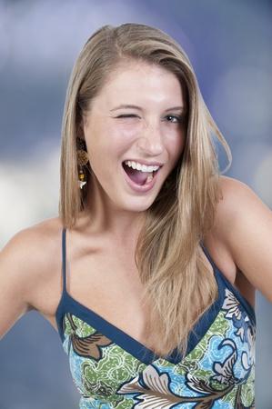 winking: Un flirt giovane donna bella ammiccante e sorridente
