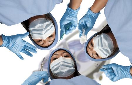 수술을 수행하는 아름 다운 젊은 여자 외과 의사의 그룹 스톡 콘텐츠