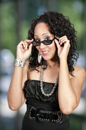 A black woman sporting a pair of sunglasses Imagens