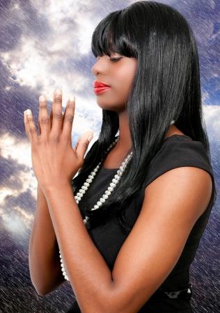 arrodillarse: Hermosa mujer cristiana en profunda oraci�n