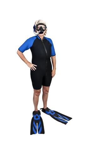 Een oudere vrouw in scuba nat pak met een masker en snorkle