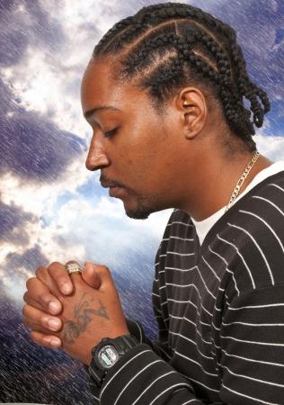 Zwarte Afrikaanse Americanl christelijke man diep in gebed