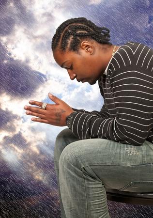 Zwarte Afrikaanse Americanl christelijke man in diep gebed