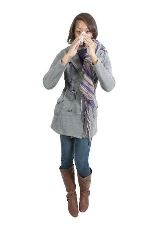estornudo: Una mujer hermosa con una fiebre del heno fr�o o alergias sonarse la nariz