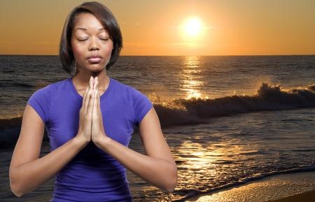mujeres orando: Hermosa mujer cristiana en profunda oraci�n