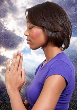 mujer rezando: Hermosa mujer cristiana en profunda oración