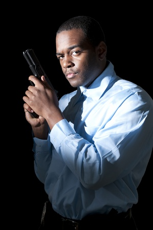 polizist: Ein schwarzer Polizist African American Mann bei der Arbeit mit einer Pistole