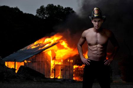 Junge attraktive männliche Feuerwehrmann bei einem Brand Standard-Bild - 12279555