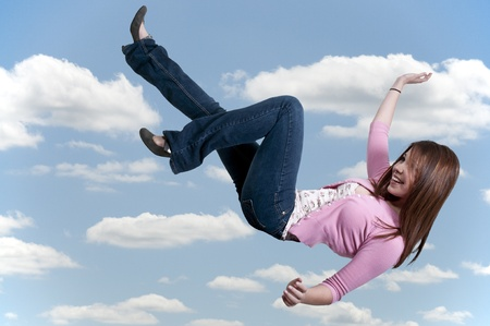 하늘을 통해 떨어지는 아름 다운 젊은 여자