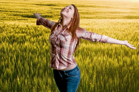 al�rgico: Una mujer libre de las alergias de pie en un campo