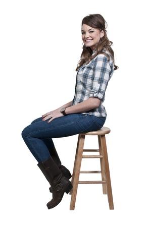 donna seduta sedia: Una bella giovane donna guardando lontano