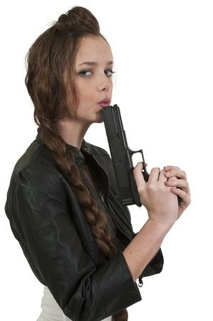 Een mooie rechercheur vrouw op de baan met een pistool