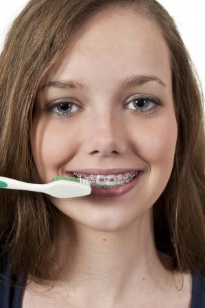 彼女の歯をブラッシングして良い口腔歯科医療の実践、美しい 10 代女性