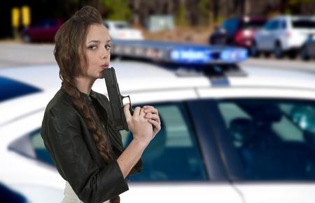 Een mooie politie detective vrouw op de baan met een pistool Stockfoto