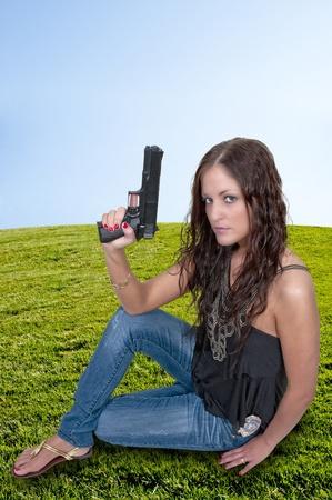 mujer policia: Una bella mujer detective de la polic�a en el trabajo con una pistola Foto de archivo