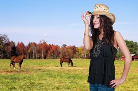 country girl: Belle jeune femme fille de la campagne coiff� d'un chapeau de cow-boy �l�gant Banque d'images