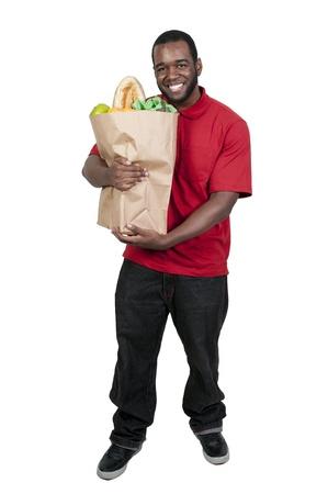彼の食料品の買い物をしているハンサムな若い男