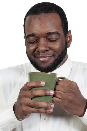 hombre tomando cafe: Joven negro africano hombre americano el consumo de caf� Foto de archivo