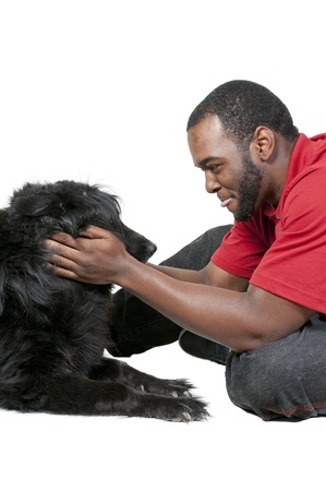 ブラック アフリカ系アメリカ人男性、犬と遊ぶ