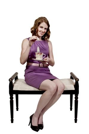 お茶のホットカップを楽しむ美しい女性