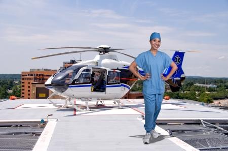 Vrouw arts en een mobiele vliegende ambulance beter bekend als een leven vlucht Stockfoto