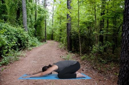 Mooie zwarte Afrikaanse Amerikaanse vrouw doet haar yoga oefeningen