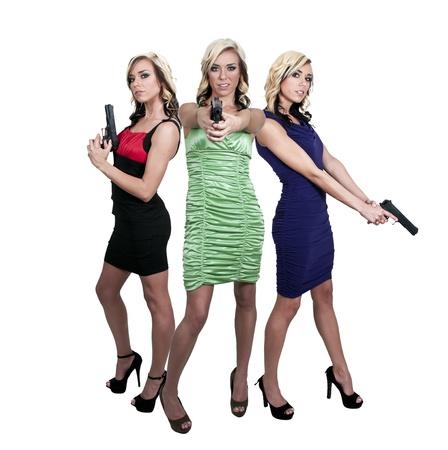 Mooie politie detective vrouw op de baan met geweren