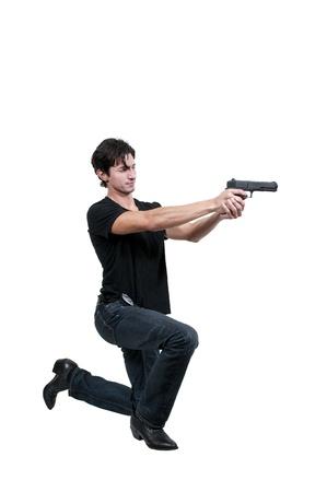 Een politie-detective man op de baan met een pistool
