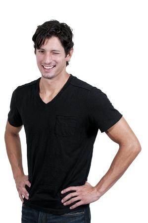 Flirten jonge knappe man knipoogt en glimlacht