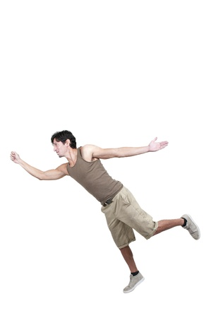 부주의 한: 잘 생긴 젊은 남자가 미끄러 떨어지는 트립
