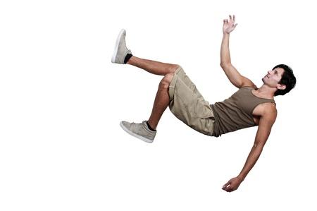 잘 생긴 젊은 남자가 미끄러 떨어지는 트립