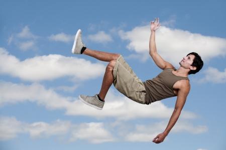하늘을 통해 떨어지는 잘 생긴 젊은 남자