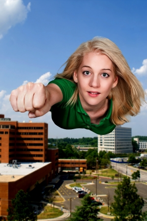 Mooie vrouw super held vliegen door de lucht
