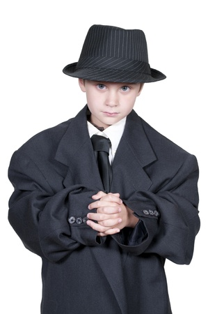 特大のスーツ服を着て小さな男の子