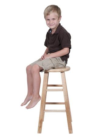 Een jonge jongen zoekt uit in de verte